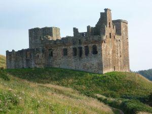 800px-Crichton_Castle,_near_Pathhead,_Midlothian
