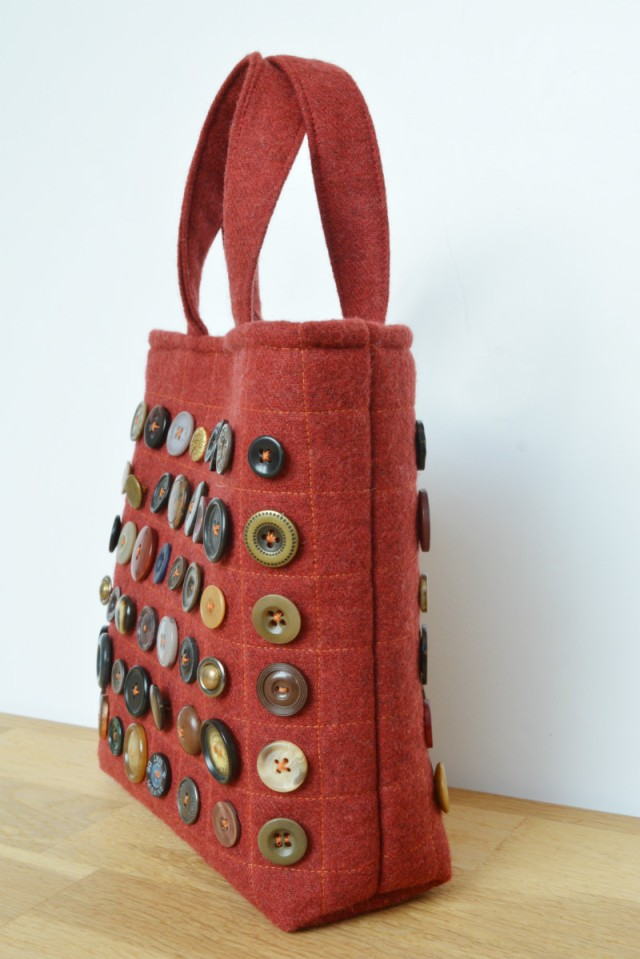 Free tote bag pattern, great use of your button stash