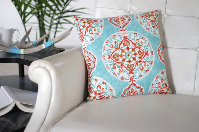 An easy way to sew a zippered pillow cover for Mother's Day